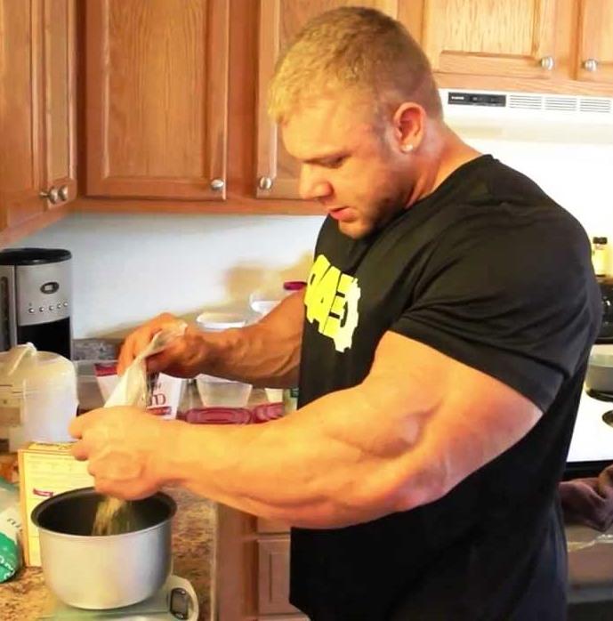 бодибилдер готовит себе спортивное питание для бодибилдинга