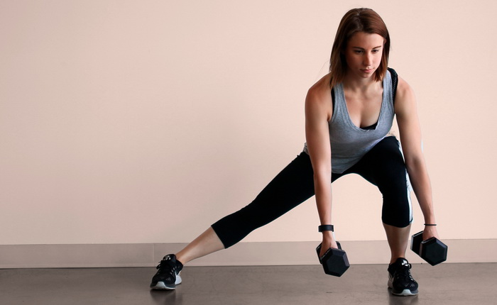 Женская тренировка с гантелями