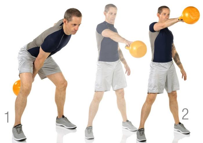 Мужчина делает упражнения с гирей
