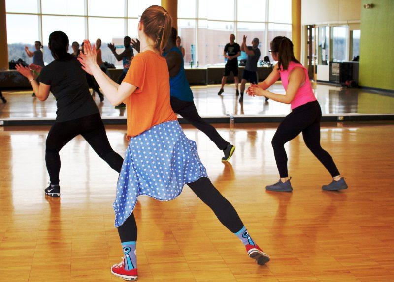 девушки танцуют в гимнастическом зале
