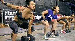 Женщины выполняют силовые упражнения