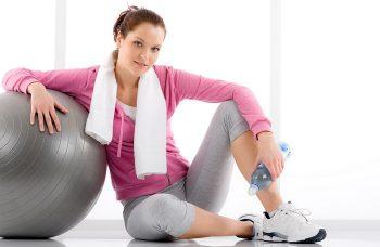 девушка отдыхает после тренировки