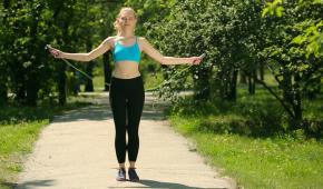 Миниатюра к статье Какие упражнения со скакалкой помогут снизить вес?